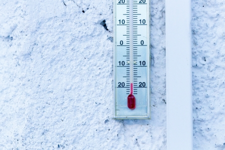 celcius: Thermometer hanging at white house showing minus 20 degrees celcius  Stock Photo