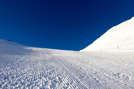 Perfettamente curato pista da sci in località sciistica delle Alpi. Archivio Fotografico