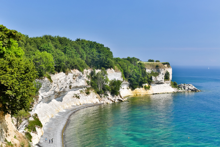 화창한 여름 날에 인기 덴마크어 관광 명소 Stevns Klint 스톡 콘텐츠