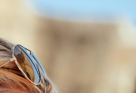 sole occhiali: Sun occhiali seduto sul fronte di una femmina.
