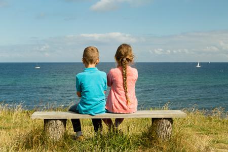 Les jeunes enfants caucasien au Danemark sur une journée d'été.
