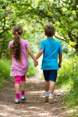 holding hands: Ni�os de raza cauc�sica en Dinamarca en un d�a de verano.