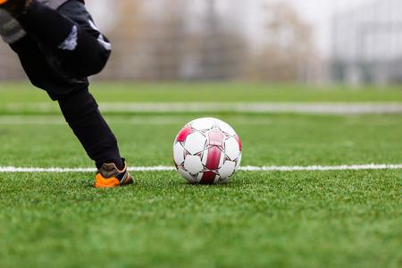 pasto sintetico: Retroceso del fútbol Foto de archivo