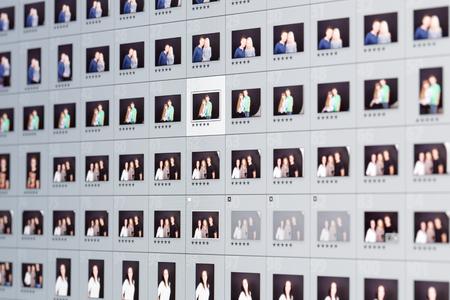 Close-up di immagini di ritratti esposti nella griglia in software di editing fotografico.