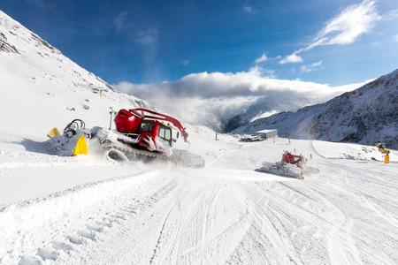skipiste: Hinter groomer grooming eine Skipiste im Skigebiet an einem sonnigen Wintertag. Lizenzfreie Bilder