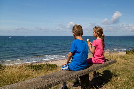 comiendo helado: Niños caucásicos en Dinamarca en un día de verano.