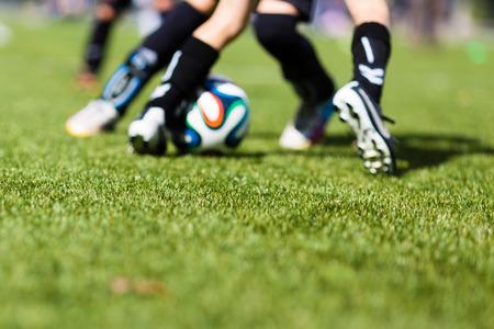 필드의 얕은 깊이와 어린이 축구 훈련 경기의 그림입니다. 전경에 초점을 맞 춥니 다.