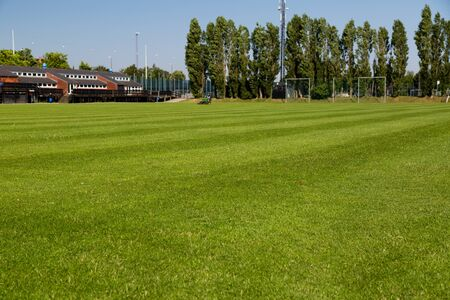 AFICIONADOS: Amateur campo de entrenamiento de fútbol en un día soleado de verano. Foto de archivo