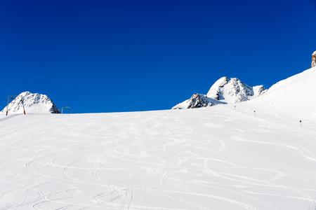 Piste da sci freschi sulla pista da sci con neve fresca bianca presso la stazione sciistica Soelden sulle Alpi austriache.
