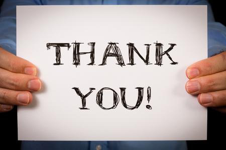 merci: Studio, coup, homme tenant panneau blanc avec les mots Merci
