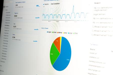 inteligencia: Primer plano de monitor de ordenador con datos de análisis web y gráfico circular que muestra las estadísticas de uso de la página web. Foto de archivo