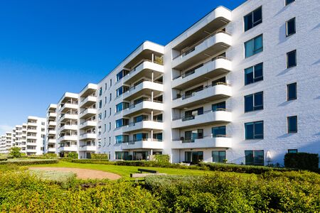 Modernes weißes dänisches Wohnkondominium, das nahe Kopenhagen, Dänemark an einem sonnigen Tag errichtet. Standard-Bild