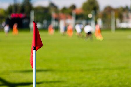 AFICIONADOS: Poca profundidad de campo de tiro del grupo de jugadores de fútbol masculino jugando partido de fútbol amateur en día de verano soleado en lugar de deportes simple en Dinamarca.