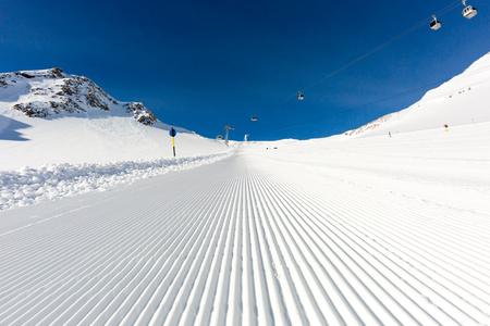 Splendidamente curato pista da sci sul ghiacciaio Tiefenbach alla rinomata stazione sciistica Soelden, in Austria. Archivio Fotografico