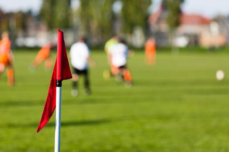 amateur: Poca profundidad de campo de tiro del grupo de jugadores de f�tbol masculino jugando partido de f�tbol amateur en d�a de verano soleado en lugar de deportes simple en Dinamarca.