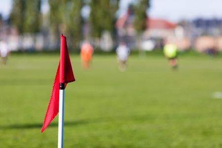 Poca profundidad de campo de tiro del grupo de jugadores de fútbol masculino jugando partido de fútbol amateur en día de verano soleado en lugar de deportes simple en Dinamarca. Foto de archivo