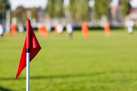 tiefe: Geringe Schärfentiefe Schuss Gruppe männlicher Fußballspieler spielen Amateur-Fußballspiel am sonnigen Sommertag auf einfache Sportstätte in Dänemark.