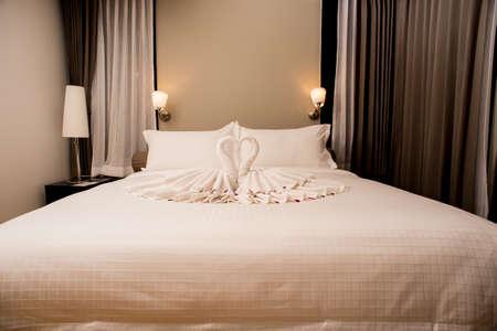 Moderne Geschmackvoll Und Einfach Schlafzimmer Eines Kleinen Hotels  Dekoriert Lizenzfreie Fotos, Bilder Und Stock Fotografie. Image 56924739.