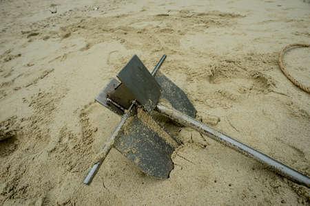 clavados: Ancla en la arena, un ancla metálica fijada en arena