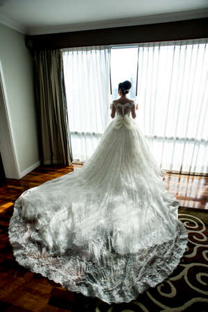 mate married: stunning bride pic (from behind) in white - could be any bride