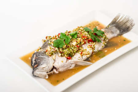 Gestoomde snapper vissen met citroen, kruidig voedsel, gestoomde snapper Stockfoto