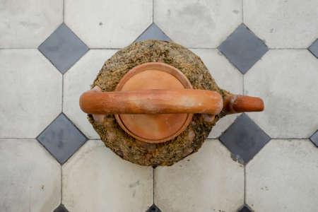 antigua olla, antigua olla con el musgo verde en madera Foto de archivo