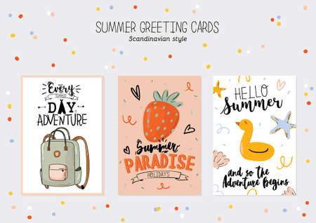 Collection d'imprimés d'été avec des éléments de vacances mignons et des lettres sur fond de couleur. Style tendance dessiné à la main. Vecteur. Bon pour les invitations, les étiquettes, les étiquettes, le web, les bannières, les affiches, les cartes et les dépliants