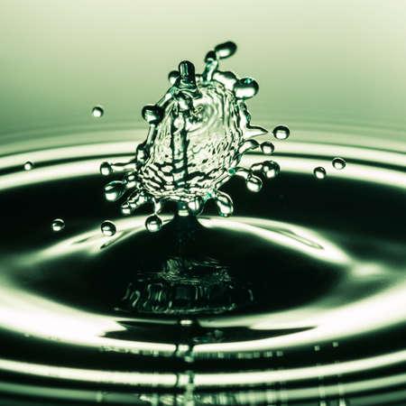 Bir su damlası çarpışma soyut makro çekim.