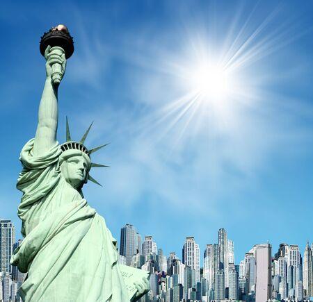Statue de la liberté New York contre un panorama de new york