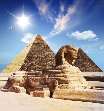 sfinx:  Egyptische sphinx en piramide  Stockfoto