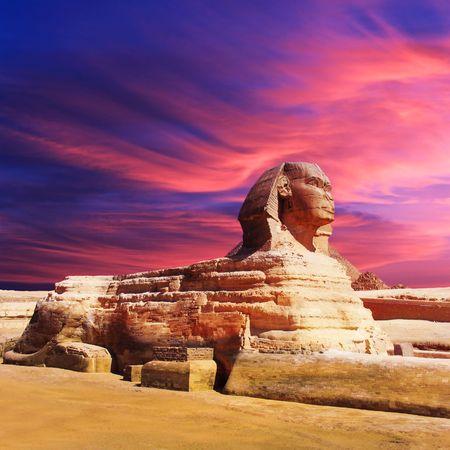 pyramide egypte: Sphinx �gyptien et pyramide sur le coucher du soleil
