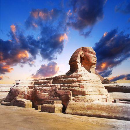 esfinge: Esfinge egipcia y la pir�mide de la puesta de sol  Foto de archivo