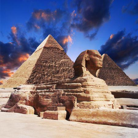 sfinx: Egyptische sphinx en piramide op zons ondergang