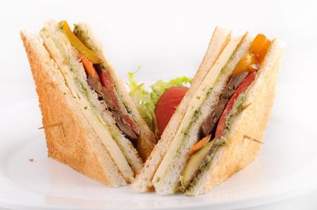 encurtidos: Club sandwiches de pollo con patatas fritas patata y eneldo encurtidos