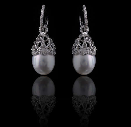 earing: diamond earings with reflection