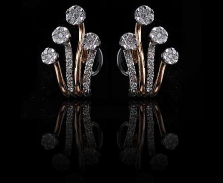 earing: diamond earings with reflection