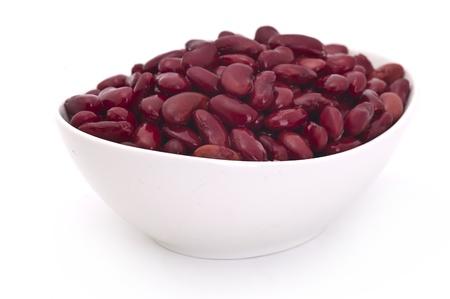 frijoles rojos: cocido frijoles rojos en Bol sobre fondo blanco