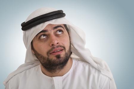 traditionele Arabische zakenman denken met ruimte voor grafische of tekst Stockfoto