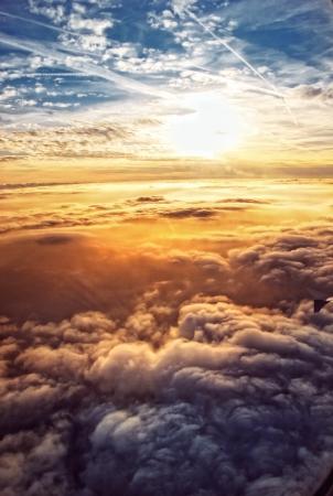himlen: Heavenly himmel sedd genom fönstren i ett flygplan Stockfoto