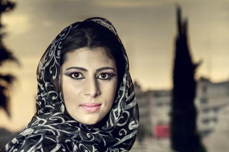 cultural diversity: hermosa mujer vistiendo traje �rabe tradicional isl�mica