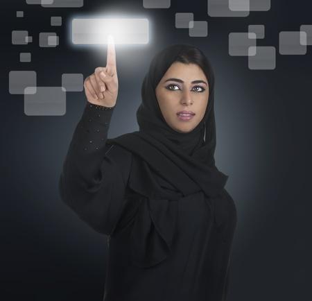koweit: d'affaires arabe en appuyant sur un bouton tactile avec le hijab Banque d'images