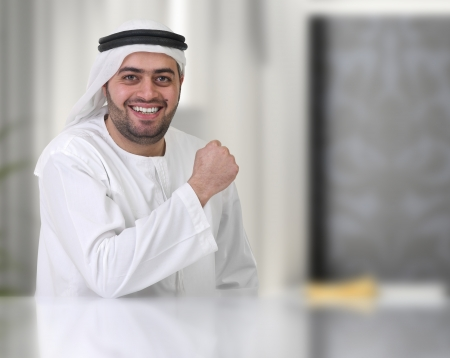 D'affaires arabe travaillant dans son bureau Banque d'images - 13682929