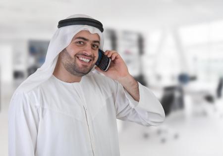 koweit: d'affaires arabe ayant un appel t�l�phonique Banque d'images