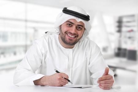 hombre arabe: ejecutivo exitoso hombre de negocios árabe en la oficina