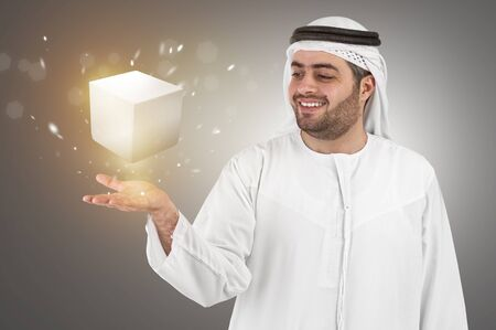 hombre arabe: hombre de negocios �rabe en la presentaci�n virtual de interfaz de realidad