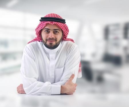 hombre arabe: el hombre de negocios �rabe ejecutivo en su oficina