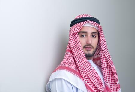 Portrait d'un bel homme d'affaires jeune arabe se penchant Banque d'images - 13736439