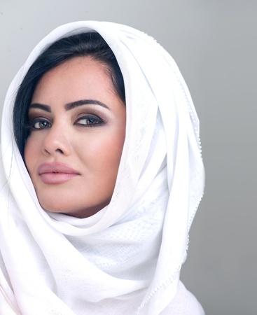 koweit: portrait sensuel d'une jeune fille arabe beaut� fra�che avec le hijab Banque d'images