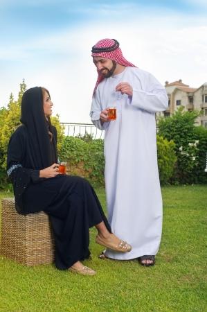 Quelques Arabie détendre dans le jardin et boire du thé Banque d'images - 16466691
