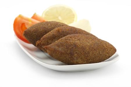 Aliments traditionnels libanais de Fried Kibe isolé sur fond blanc Banque d'images - 16564256
